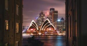Η φωτισμένη Όπερα τη νύχτα κτήρια που πλαισιώνονται, σχεδιάζει τα καλολογικά στοιχεία, Στοκ εικόνες με δικαίωμα ελεύθερης χρήσης