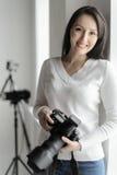 Η φωτογραφία είναι το χόμπι της. Όμορφη μέσης ηλικίας γυναίκα που στέκεται το ι Στοκ φωτογραφία με δικαίωμα ελεύθερης χρήσης