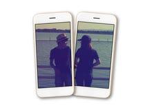 Η φωτογραφία ζευγών στην οθόνη smartphone απομονώνει Στοκ φωτογραφία με δικαίωμα ελεύθερης χρήσης