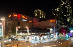 Η φωτογραφία νύχτας Westfield είναι μεγάλο εσωτερικό εμπορικό κέντρο στο προάστιο Chatswood στη χαμηλότερη βόρεια ακτή του Σίδνεϊ στοκ εικόνα με δικαίωμα ελεύθερης χρήσης