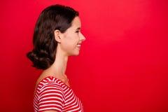 Η φωτογραφία πλάγιας όψης Porofile του χαριτωμένου συμπαθητικού αρκετά καλού εφήβου γυναικείων εύθυμου εφήβων έχει το υπόλοιπο Σα στοκ εικόνα με δικαίωμα ελεύθερης χρήσης