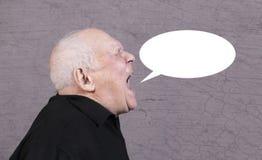 Η φωτογραφία σχεδιαγράμματος του πολύ συναισθηματικού ατόμου κραυγάζει με τη φυσαλίδα συζήτησης ανακοίνωσης σε ένα γκρίζο υπόβαθρ Στοκ Εικόνες
