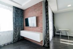 Η φωτογραφία του δωματίου με έναν τουβλότοιχο στοκ εικόνα