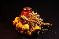 Η φωτογραφία του εγχώριου τομέα εστιάσεως με το κρεμμύδι και τον ξηρό σίτο στοκ φωτογραφία με δικαίωμα ελεύθερης χρήσης