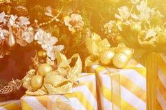 Η φωτογραφία των κιβωτίων δώρων πολυτέλειας κάτω από το χριστουγεννιάτικο δέντρο, νέες εγχώριες διακοσμήσεις έτους, χρυσό τύλιγμα Στοκ εικόνες με δικαίωμα ελεύθερης χρήσης