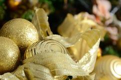 Η φωτογραφία των κιβωτίων δώρων πολυτέλειας κάτω από το χριστουγεννιάτικο δέντρο, νέες εγχώριες διακοσμήσεις έτους, χρυσό τύλιγμα Στοκ Εικόνα