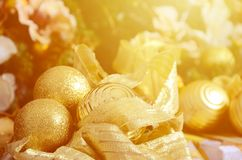 Η φωτογραφία των κιβωτίων δώρων πολυτέλειας κάτω από το χριστουγεννιάτικο δέντρο, νέες εγχώριες διακοσμήσεις έτους, χρυσό τύλιγμα Στοκ Φωτογραφία