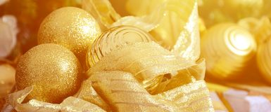 Η φωτογραφία των κιβωτίων δώρων πολυτέλειας κάτω από το χριστουγεννιάτικο δέντρο, νέες εγχώριες διακοσμήσεις έτους, χρυσό τύλιγμα Στοκ Φωτογραφίες