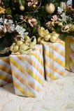 Η φωτογραφία των κιβωτίων δώρων πολυτέλειας κάτω από το χριστουγεννιάτικο δέντρο, νέες εγχώριες διακοσμήσεις έτους, χρυσό τύλιγμα Στοκ φωτογραφία με δικαίωμα ελεύθερης χρήσης