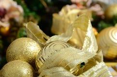Η φωτογραφία των κιβωτίων δώρων πολυτέλειας κάτω από το χριστουγεννιάτικο δέντρο, νέες εγχώριες διακοσμήσεις έτους, χρυσό τύλιγμα Στοκ εικόνα με δικαίωμα ελεύθερης χρήσης