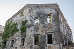 Η φύση ξαναπαίρνει ένα εγκαταλειμμένο κτήριο Στοκ Εικόνες