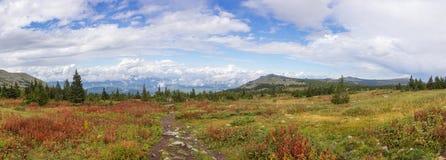 Η φύση των νότιων Ουραλίων Μετά από τη βροχή Καλοκαίρι στα βουνά Πανόραμα ενός όμορφου ουρανού με τα σύννεφα ενάντια στην ΤΣΕ Στοκ φωτογραφία με δικαίωμα ελεύθερης χρήσης