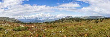 Η φύση των νότιων Ουραλίων Μετά από τη βροχή Καλοκαίρι στα βουνά Πανόραμα ενός όμορφου ουρανού με τα σύννεφα ενάντια στην ΤΣΕ Στοκ εικόνες με δικαίωμα ελεύθερης χρήσης