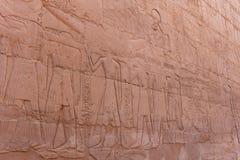Η χάραξη ανακούφισης τοίχων στον αρχαίο αιγυπτιακό ναό σύνθετο Στοκ Φωτογραφίες