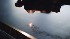 Η χάραξη στον καθρέφτη με μια μηχανή λέιζερ Καίγοντας διακόσμηση λέιζ απόθεμα βίντεο