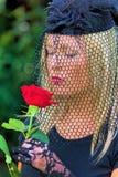 Η χήρα με το πέπλο και αυξήθηκε Στοκ εικόνες με δικαίωμα ελεύθερης χρήσης