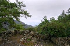 Η χίμαιρα, καίγοντας βράχοι είναι αξιοπρόσεκτο σημείο ot το ίχνος του τρόπου Lycian κοντά σε Cirali, Antaly στοκ φωτογραφίες με δικαίωμα ελεύθερης χρήσης