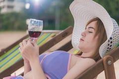 Η χαλάρωση ταξιδιού πολυτέλειας ζεύγους πίνει το κοκτέιλ στην καρέκλα τροπική Στοκ Εικόνες