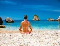 Η χαλαρωμένη γυναίκα έχει μια περισυλλογή σε μια παραλία Ελλάδα στοκ εικόνες με δικαίωμα ελεύθερης χρήσης