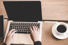 Η χαλαρώνοντας ψύχρα τοπ χώρου εργασίας άποψης λειτουργεί έξω για το γραφείο και σχεδιάζει το smartphone lap-top με τον καφέ πρωι στοκ εικόνες με δικαίωμα ελεύθερης χρήσης