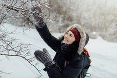 Η χαμογελώντας γυναίκα έντυσε θερμό απολαμβάνοντας έναν περίπατο στη χιονώδη χώρα Στοκ φωτογραφίες με δικαίωμα ελεύθερης χρήσης