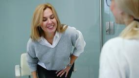 Η χαμογελώντας γυναίκα μιλά με τον ψυχολόγο στη σύνοδο θεραπείας απόθεμα βίντεο