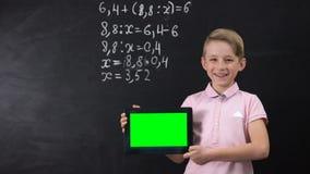 Η χαμογελώντας εκμετάλλευση αγοριών η ετικέττα, σύγχρονες τεχνολογίες στην εκπαίδευση, καινοτομίες απόθεμα βίντεο