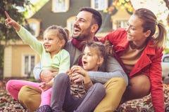 Η χαμογελώντας ευτυχής οικογένεια έχει τη διασκέδαση έξω στοκ φωτογραφία με δικαίωμα ελεύθερης χρήσης