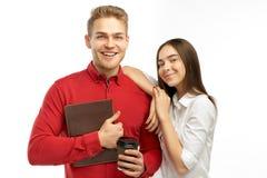 Η χαμογελώντας νέα συμπαθητική κυρία με το ευγενές βλέμμα κρατά το χέρι στον ώμο του ευτυχούς γενειοφόρου τύπου, περνά το ελεύθερ στοκ εικόνες με δικαίωμα ελεύθερης χρήσης