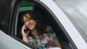 Η χαμογελώντας νέα όμορφη γυναίκα γελά φλερτάροντας χρησιμοποιώντας το τηλέφωνο που ρωτιέται για μια ημερομηνία φιλμ μικρού μήκους