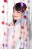 Η χαμογελώντας νύφη εξετάζει τη φωτογραφική μηχανή Στοκ φωτογραφίες με δικαίωμα ελεύθερης χρήσης