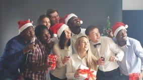 Η χαμογελώντας ομάδα φίλων γιορτάζει το γεγονός βραδιού με Selfie στη γιορτή Χριστουγέννων απόθεμα βίντεο