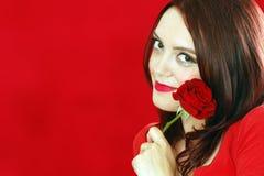 Η χαμογελώντας γυναίκα με το κόκκινο αυξήθηκε Στοκ εικόνα με δικαίωμα ελεύθερης χρήσης