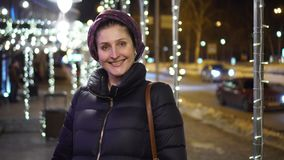 Η χαμογελώντας γυναίκα πηγαίνει στη κάμερα απόθεμα βίντεο
