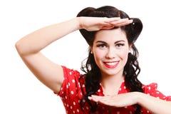 Η χαμογελώντας γυναίκα στην παλαιά μόδα ντύνει το αναδρομικό ύφος Στοκ Φωτογραφία