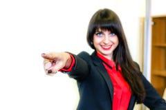 Η χαμογελώντας επιχειρηματίας παρουσιάζει δάχτυλο μπροστινό Εστίαση στο δάχτυλο Στοκ φωτογραφίες με δικαίωμα ελεύθερης χρήσης