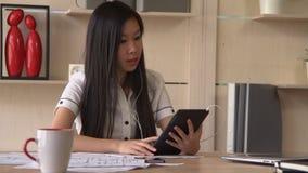 Η χαμογελώντας επιχειρησιακή γυναίκα έχει την τηλεοπτική κλήση διασκέψεων με το συνεργάτη στην ταμπλέτα φιλμ μικρού μήκους