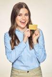 Η χαμογελώντας επιχειρησιακή γυναίκα πιστωτικών καρτών κρατά Στοκ Εικόνα