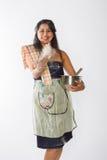 Η χαμογελώντας ινδική γυναίκα πετά το αλεύρι Στοκ φωτογραφία με δικαίωμα ελεύθερης χρήσης