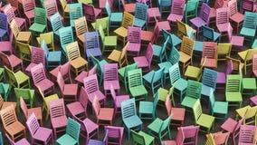 Η χαοτική σειρά Colorfully λεκίασε τις ξύλινες έδρες που αντιμετωπίζουν τις τυχαίες κατευθύνσεις Στοκ φωτογραφία με δικαίωμα ελεύθερης χρήσης
