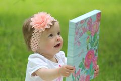 Η χαρά του μικρού κοριτσιού στα γενέθλιά της Στοκ φωτογραφία με δικαίωμα ελεύθερης χρήσης