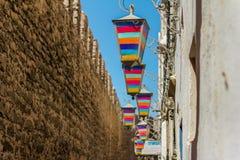 Η χαρακτηριστική αλέα με τα ζωηρόχρωμα φω'τα χαράς στην ΟΥΝΕΣΚΟ προστάτευσε την παλαιά αραβική πόλη Essaouira Στοκ Εικόνες