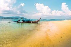 Η χαρακτηριστική βάρκα προσαραγμένη στις άμμους Phi Phi φορά το νησί Ταϊλάνδη στοκ εικόνες