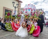 Η χαρακτηριστική περιφερειακή μεξικάνικη γαμήλια παρέλαση ξέρει ως Calenda de Bodas - Oaxaca, Μεξικό στοκ φωτογραφίες με δικαίωμα ελεύθερης χρήσης