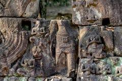 Η χαρασμένη bas-ανακούφιση αριθμών του σύνθετου ναού Angkor Wat, Siem συγκεντρώνει, Καμπότζη Πέτρινος γρίφος καταστροφών με το Βο Στοκ Φωτογραφίες