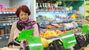 Η χαριτωμένη γιαγιά αγοράζει τα λαχανικά στο μανάβικο φιλμ μικρού μήκους