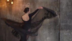 Η χαριτωμένη και χαριτωμένη κυρία συμμετέχει στους χορούς αιθουσών χορού σε ένα μαγιό και μια φούστα φιλμ μικρού μήκους