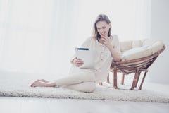 Η χαριτωμένη καλή όμορφη γοητευτική ελκυστική γυναίκα κάθεται στο θόριο στοκ εικόνα