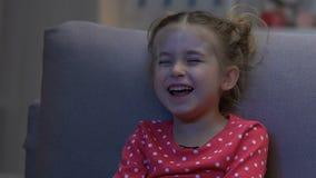 Η χαριτωμένη κωμωδία προσοχής μικρών κοριτσιών μόνο τη νύχτα και γέλιο, κλείνει επάνω απόθεμα βίντεο