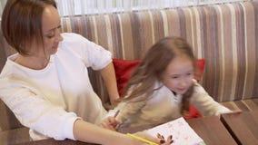 Η χαριτωμένη νέα γυναίκα και η λίγο όμορφη κόρη λένε σε μεταξύ τους κάτι απόθεμα βίντεο